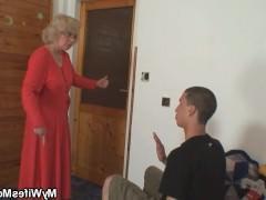 Зрелая домохозяйка поймала пацана за воровством и ебется