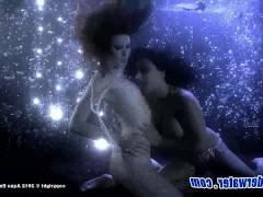 Оригинальный секс под водой двух экстремальных молодых лесбиянок