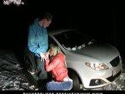 Зимний секс парочки на теплом капоте автомобиля