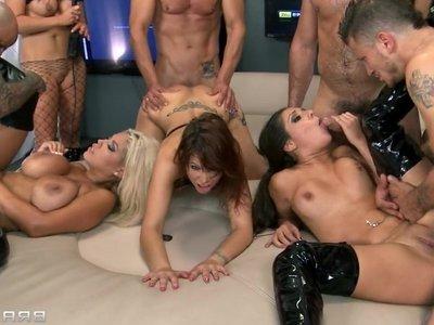 eroticheskoe-shou-na-grani-porno-video
