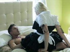 Похотливая молодая горничная без белья пришла трахаться в хозяйскую спальню