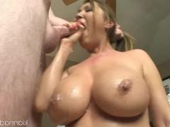 Хуй чувака получает фантастический отсос от зрелой порно звезды и заливает ее спермой