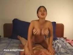 Гиг Порно  Сиськастая молодая филиппинка старается быть хорошей любовницей мужику в постели