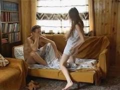 Русская шлюшка воспользовалась отсутствием дома жены мужика