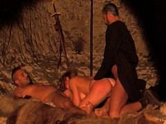 Король Артур с Мерлином трахают грудастую девку в две дырки на привале