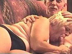Зрелая семейная пара в возрасте занимается обоюдный оральным сексом
