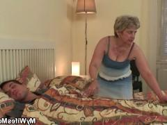 Зрелая баба разбудила молодого парня минетом и заставила потрахаться с ней горячо