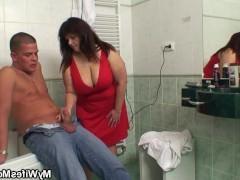 Толстая зрелая домохозяйка застала парня за дрочкой и ебется с ним в ванне