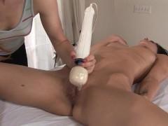Молодая порно звезда получает массаж и не противится прикосновениям дилдо к пизде