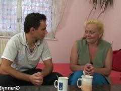 Старая баба бесстыдно раздвигает ноги перед хуем молодого парня