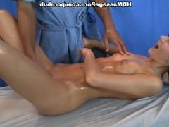 Гиг Порно  Молодая клиентка неожиданно кончает струей от ласк пизды пальцами массажиста