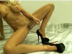 Сиськастая зрелая блондинка дрочит пизду в туалете