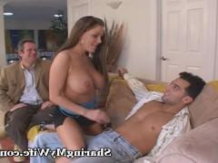 Шикарная зрелая жена с удовольствием ебется с другим мужчиной на глазах мужа