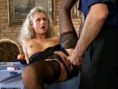 Зрелая немецкая блондинка в чулках ебется с мужиком на столе