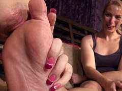 Облизывание женских ног порно