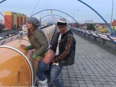 Молодая пара устроила бесстыдный трах на железнодорожном мосту