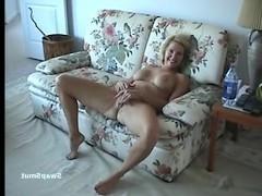 Зрелая жена подрочила на диване и жадно трахается с мужем