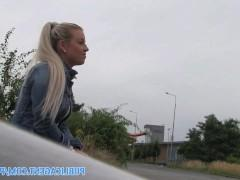 Подъехав к блондинке на машине, пикапер замечательно разговорил ее и сделал сучке сексуальное предложение, от которого та не стала отказываться. Возле машины и трахнулись!