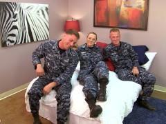 Трое военных устраивают групповой секс во время похода в увольнительную