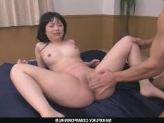 Два пожилых мужчины ебут зрелую японку и сливают свою сперму в ее пизду