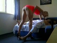 Шикарная длинноногая шлюха трахается с туристом в его номере в отеле