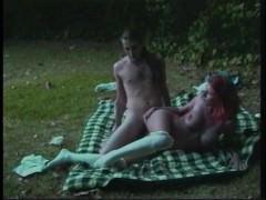 Грудастую рыжую шлюшку жадно трахает чувак на пикнике