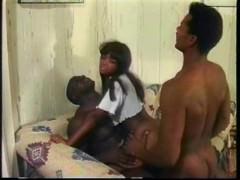 Двое парней жадно трахают волосатую пизду негритянки