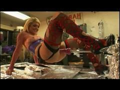 Зрелая блондинка в чулках решила опробовать тяжелый и жестокий трах с секс машиной