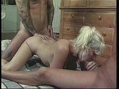Молодая сисястая анальщица получает двойное проникновение от двух голодных мужиков