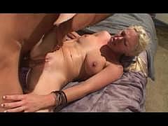 Юная блондинка порно звезда и её киска терпят жесткую порку толстым и грубым фаллосом