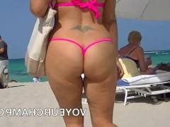 Молодая шлюшка в бесстыдном бикини показывает свое влагалище на пляже