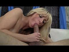 Худая блонди с маленькими сиськами глубоко заглатывает ртом и дает в бритую манду