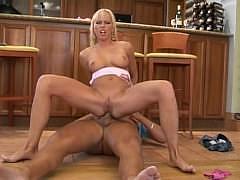 Чешская блондинка с натуральными сиськами дает трахать себя и в пизду и в плотную жопу