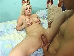 Пухлую зрелую даму с волосатой пиздой трахают крепким членом