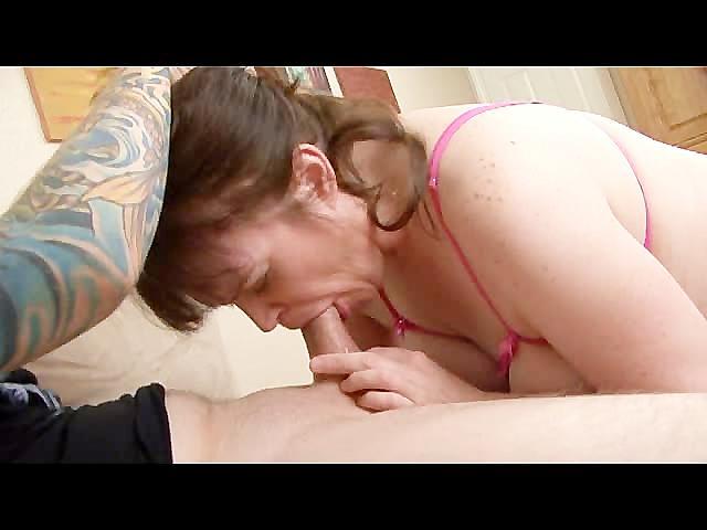 Смотреть порно старая тётка сосёт хуй видео фото 403-895