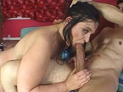 Зрелая жопастая женщина с большой грудью знает как справиться с большим членом