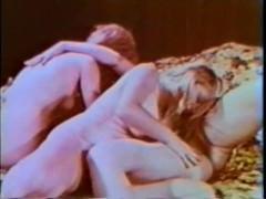 Классический лесбийский секс трех зрелых домохозяек на кровати в ретро стиле