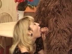 Зрелая баба развратно трахается с переодетым в медведя мужем