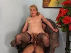 Зрелая французская баба агрессивно ебется в кресле с любовником