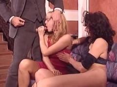 Зрелая жена разрешает мужу оттрахать свою возбужденную подругу в приятную жопу
