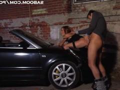 Зрелая пара бурно трахается на капоте машины в уединенном месте парка