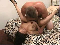 Сисястая брюнетка лижет жопу парню возбуждаясь перед хорошим сексом