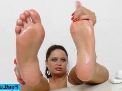 Гиг Порно  Зрелая брюнетка учится дрочить хуй ногами на фаллоимитаторе