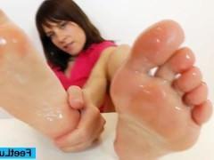 Молодая порно модель учится дрочить ногами фаллос на примере действий с дилдо