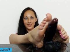 Молодая брюнетка учится дрочить своими ногами фаллоимитатор