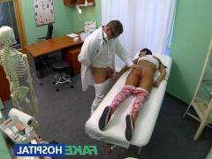 Молодая пациентка дико возбудилась от осмотра доктора и согласилась с ним потрахаться