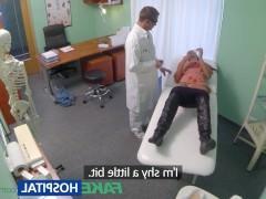 Замужняя зрелая пациентка ебется с врачом во время приема
