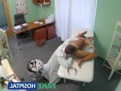 Скрытая камера записывает развратный секс молодой пациентки с похотливым доктором