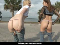 Возбужденные молодые сучки любят публично обнажаться и шокировать прохожих прелестями