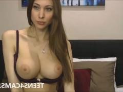 Гиг Порно  Вывалив сиськи перед веб камерой и видя, как бурно на это реагируют дрочеры, развратная латинская барышня горит желанием показать свою вагину. И она делает это в мастурбации!